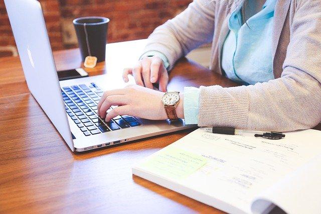 étudiante travaillant sur son ordinateur portable