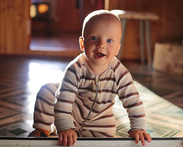bébé assis souriant
