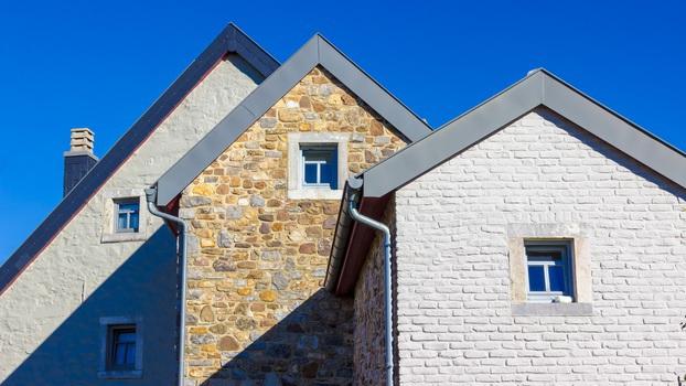 trois maisons alignées