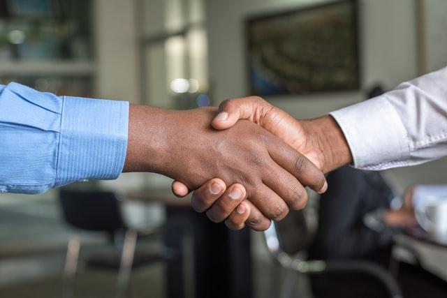 poignée de mains pour conclure un accord