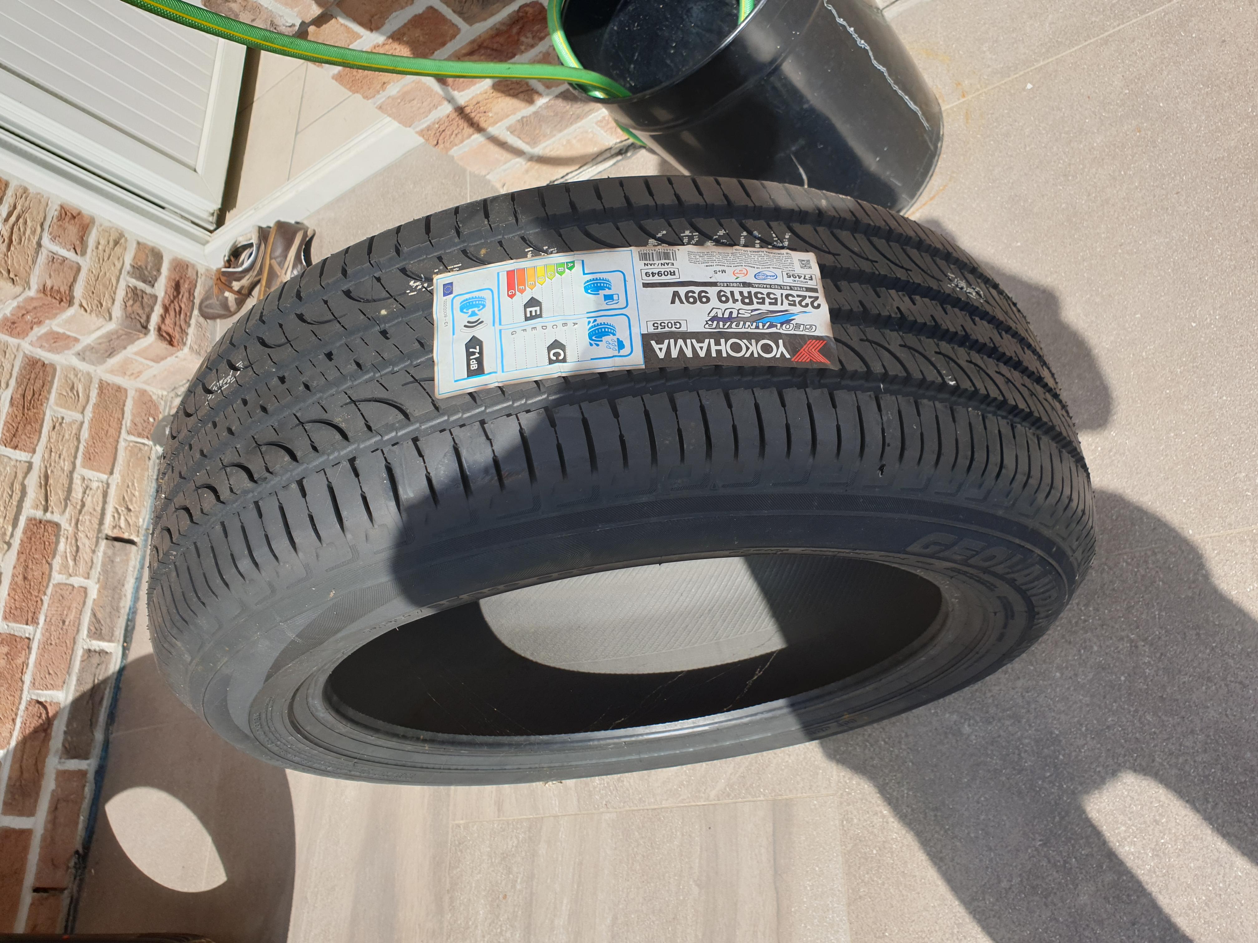 Deux pneus neuf 225/55/R19 marque Yokohama