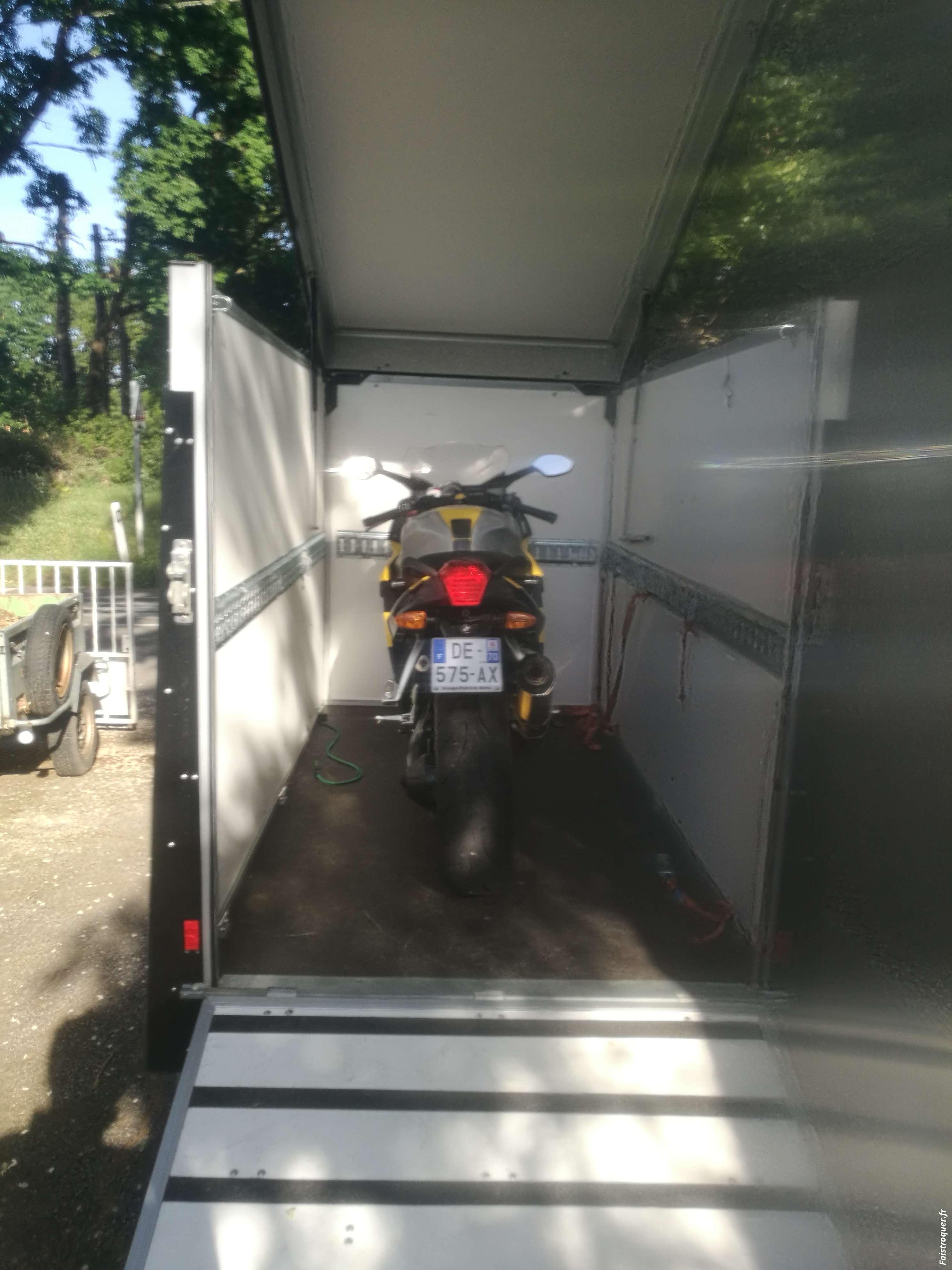 Remorque moto fermée