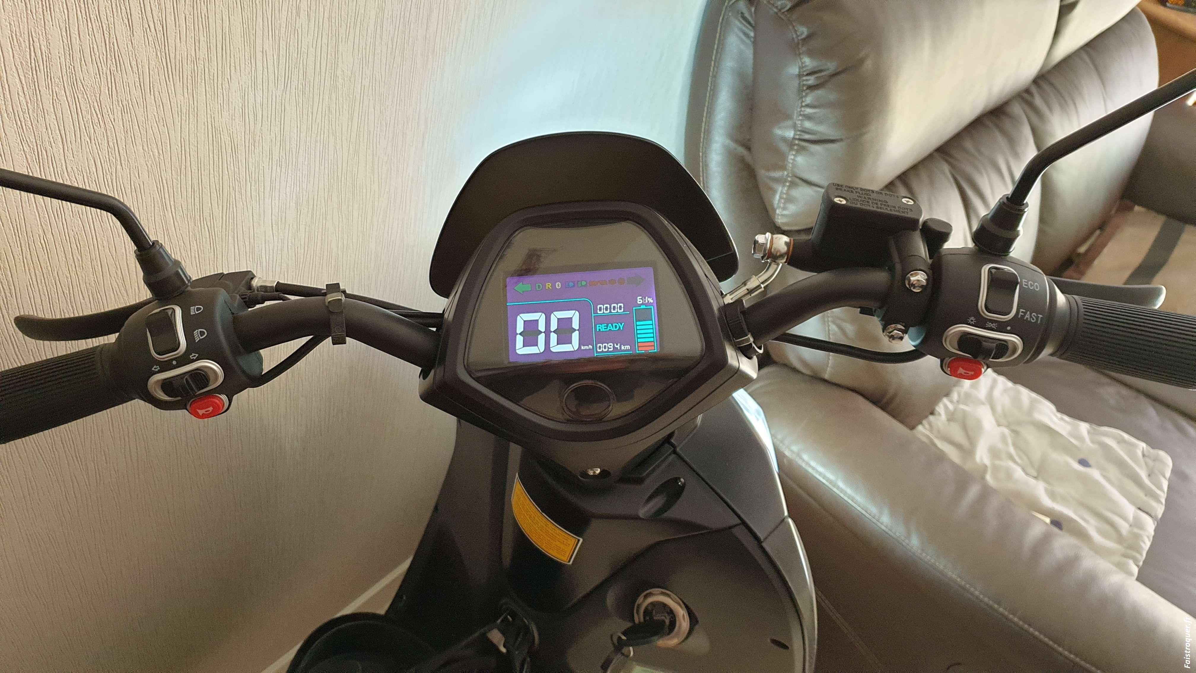 Scooter électrique Wayscral contre voiture avec CT